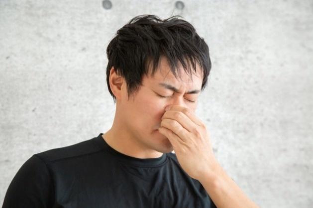 臭い 鼻 つまむ